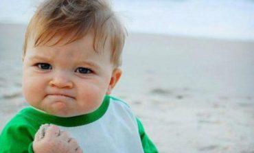"""El meme del """"niño triunfal"""" logra 78.000 dólares y salva la vida a su papá"""