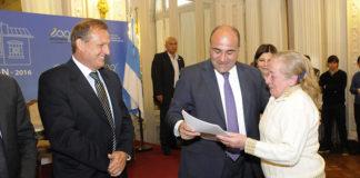Juan Manzur junto a Cacho Cortalezzi entregaron a mas de 100 familias las escrituras de sus casas