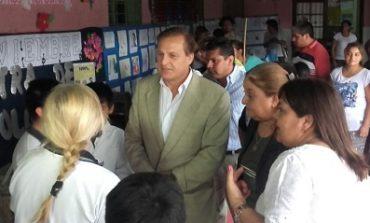 Armando Cortalezzi hizo entrega de premios para un sorteo en la Escuela Cozon