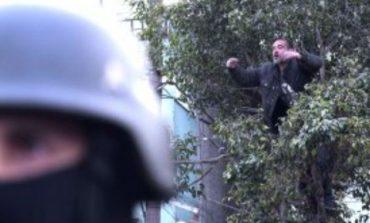 Patricia Bullrich y 2.200 gendarmes no pudieron bajar a un borracho de un árbol
