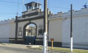 Detienen a un guardiacárcel de Villa Urquiza por llevar sustancias ilegales