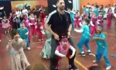 Un profesor catamarqueño construyó un arnés para que una alumna pueda bailar en el acto escolar