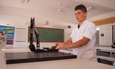 Con objetos reciclados, un alumno construyó un brazo hidráulico