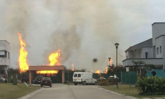 Temor en dos barrios privados por quema de pastizales