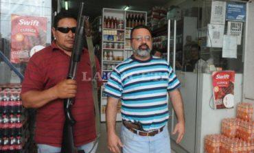 Por la inseguridad, atiende su negocio con una pistola en lacintura