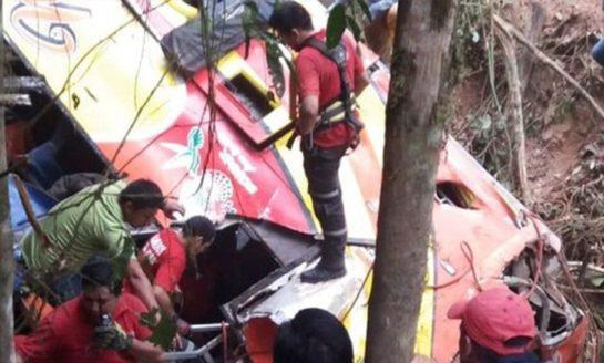 Cayó otro micro por un barranco en Ecuador: 12 muertos