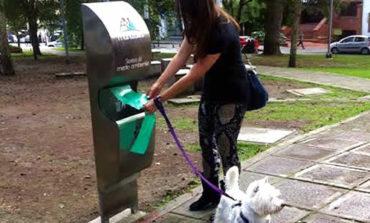 Colocarán dispensers de bolsitas para el perro en las plazas de la ciudad