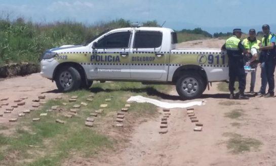 Descubren una avioneta que arrojaba marihuana en un campo en Taco Ralo