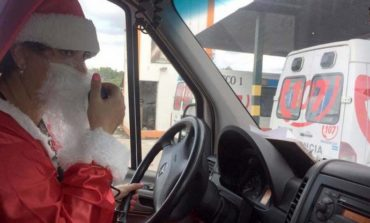Una chofer del 107, disfrazada de Papa Noel, llevó amor a sus pacientes