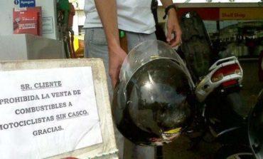 Monteros: Sin casco, los motociclistas no pueden cargar nafta