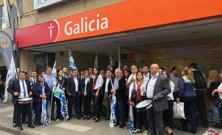 Protesta de la Bancaria en la sucursal céntrica del Banco Galicia