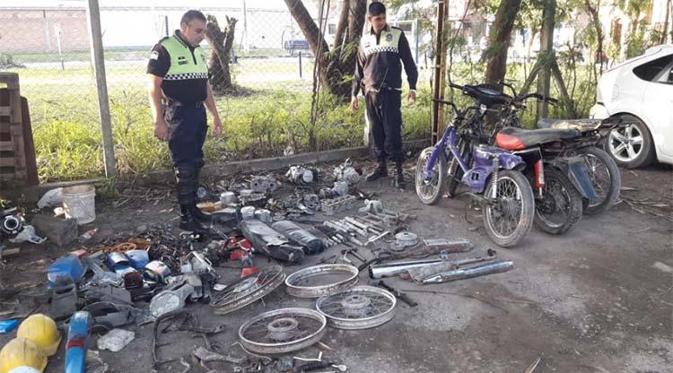 Desbarataron un desarmadero de motos en el Barrio Oeste II