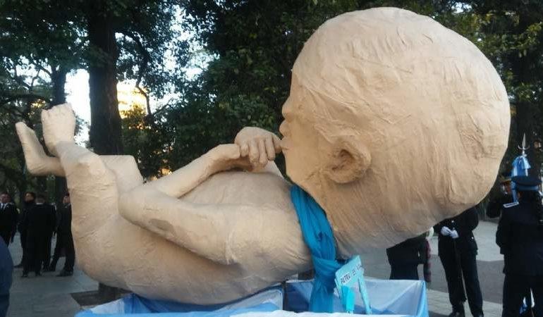 El feto gigante desfiló en los festejos por el 9 de julio