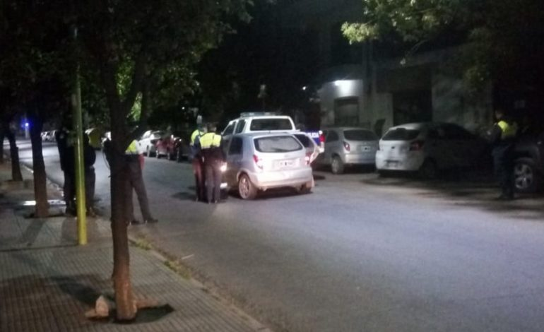 Insólito: Intentó robar la rueda de auxilio de una camioneta de la Policía