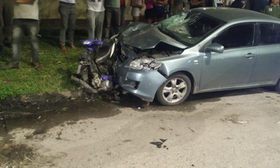 Chocó con su auto a dos presuntos asaltantes y uno de ellos murió