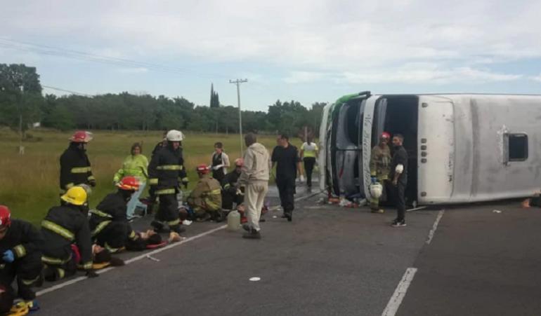 Tragedia en la Ruta 2: Volcó un micro que trasladaba a chicos de 11 y 12 años