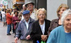 Bancos abren líneas telefónicas para que los jubilados pidan sus tarjetas de débito