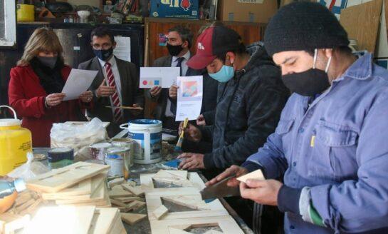 Solidaridad: Trabajadores del teatro San Martín construyen juguetes