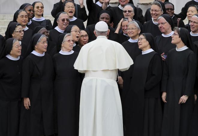 El Papa autorizó que las mujeres pueden ayudar en misa al sacerdote