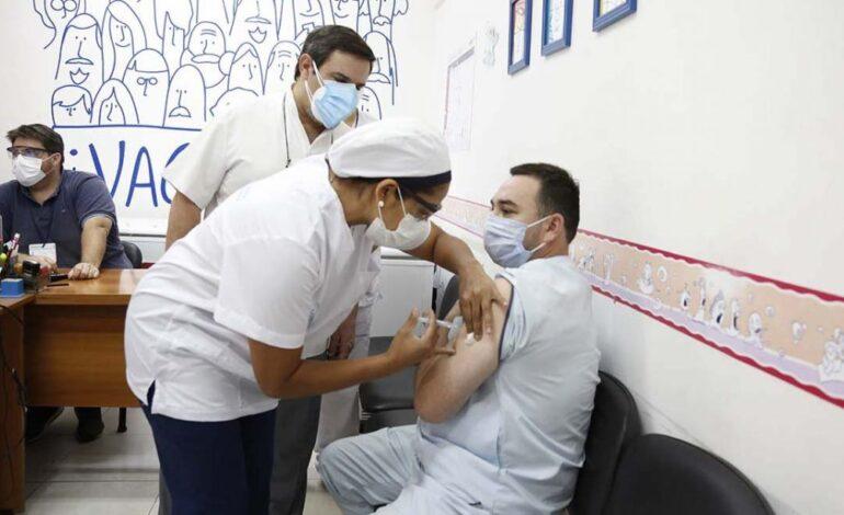 Casi todo el personal que atiende a pacientes COVID está inmunizado