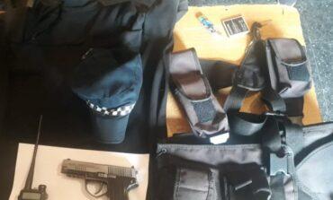 Arrestaron a un joven vestido como policía que llevaba una réplica de arma